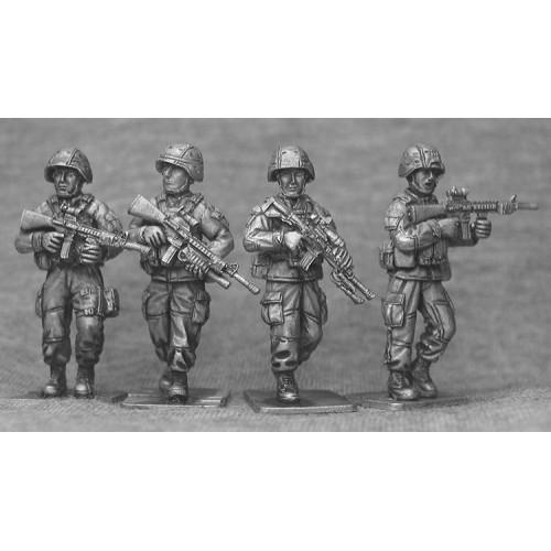 Infanteria andando con casco